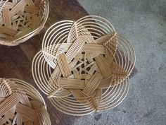 Steve FullerWonderful Willow 22 timer · Ponta Delgada, Portugal · We met this basketmaker on our trip in 2011 — her: Açores - Azores. Bamboo Weaving, Willow Weaving, Basket Weaving, Circular Weaving, Paper Weaving, Weaving Art, Weaving Patterns, Basket Crafts, Bamboo Crafts