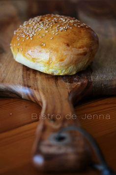 Pain burger express INGREDIENTS: (pour 10 pain burger) 2 sachet de levure instantanée 220 ml de lait 100 ml d'eau 55 g de beurre 20 g de sucre 9 g de sel 1 œuf 560 g de farine tout usage graines de sésame  La recette préviens d'un super blog Aux delices...