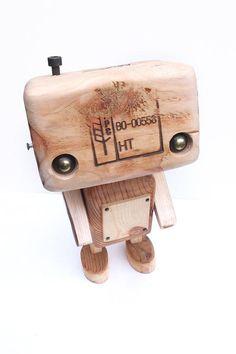 Robot en madera reciclada el tatuado