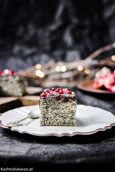 Dzisiaj przepis na naprawdę proste, szybkie i obłędnie pyszne ciasto makowe, czyli piegusek. Ciasto wychodzi puszyste, lekkie i miękkie. Sam biszkopt jest dosyć słodki, ale fajnie kontrastuje z mniej słodką, a nawet lekko gorzką polewą czekoladową, więc w całości ciasto nie jest zbyt słodkie.