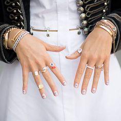 Absolut obernervig! Gerade hat man sich so schön die Nägel lackiert, da haut man sich direkt eine Delle in den frischen Lack. Wir brauchen