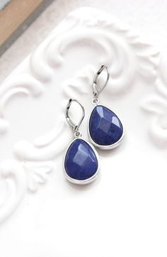 These are beautiful dark navy blue faceted glass drop earrings! The modern matte silver rhodium frame is the perfect setting for these deep blue