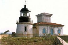 Le phare du Titan se trouve sur la côte nord-est de l'île du Levant, à l'est de l'île de Porquerolles (Var)