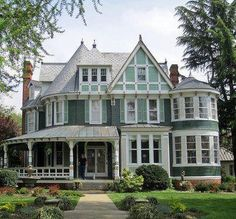 joilieder: A Queen Anne Victorian House in Centreville, Maryland by Paul McClure DC. Victorian House Plans, Victorian Style Homes, Old Victorian Houses, Victorian Cottage, Victorian Decor, Victorian Era, Style At Home, Old Style House, Victorian Architecture