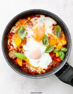 Shakshouka with peppers and sausage Chicken Egg Salad, Breakfast Recipes, Sausage, Clean Eating, Food Porn, Healthy Recipes, Healthy Meals, Stuffed Peppers, Snacks