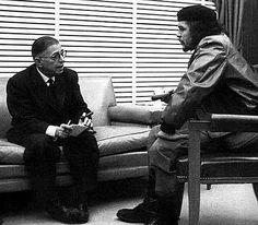 Jean Paul Sartre conversando con el Che Guevara.