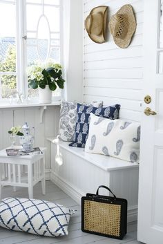 Blue and white sunroom / entry with Chattwal-jonsson cushions