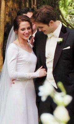 Breaking Dawn Edward and Bella Cullen's wedding day. Twilight Edward, Twilight Film, Twilight Wedding, Twilight Saga Series, Twilight Breaking Dawn, Twilight New Moon, Breaking Dawn Wedding, Edward E Bella, Edward Cullen