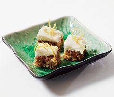 Denna saftiga morotskaka kommer ta dig med storm! Grädda morotssmeten med härliga nötbitar i långpanna och bred på ett täcke av syrlig färskost före du skär den i bitar. Himmelskt gott och perfekt att bjuda gästerna på. Baked Goods, Nom Nom, Baking, Ethnic Recipes, Food, Bakken, Meals, Backen, Yemek