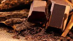 De nombreux cosmétiques utilisent le chocolat noir ou les fèves de cacao dans leur composition. Ce n'est pas qu'un phénomène de mode puisque les bienfaits du chocolat noir pour la…