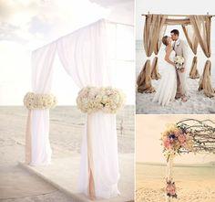 Quando a beleza natural já está a favor do seu casamento, a decoração é só um plus. Se você optou por um casamento na praia, o destaque fica no altar,