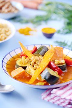 Le couscous de légumes est beaucoup plus léger que le couscous royal. J'y mets souvent les légumes qui peuvent traîner dans mon réfrigérateur. Pour cette v