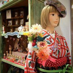 """""""秋ですね。 カトリーヌもお召替え。 キャトルフルーツといちごの帯。 袷を着ています。  #kimono #キモノ #着物 #きもの #yumi_kimono #yamamotoyumi #やまもとゆみ #kawaii #tokyokawaiimusee #ラフォーレ原宿 #harajuku #tokyo…"""""""