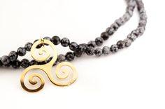 Sautoir perles obsidienne flocon de neige,et triskel en plaqué or