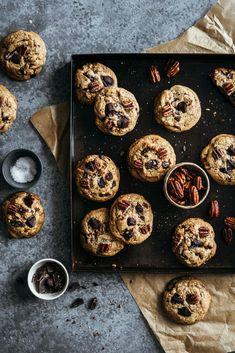 j'ai réalisé cette petite fournée de Cookies rustiques noix de pécan caramélisées & chocolat noir : j'y ai mis que des bonnes choses (ou presque :) Devils Food, Cookies Et Biscuits, Biscotti, Cake Recipes, Food Photography, Sweets, Chocolate, Cooking, Breakfast