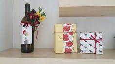 우리집 모습입니다. 신랑과 제가 만든 와인에 조화로 장식하고 선물포장 박스로 꾸몄어요~~~