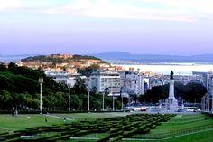 Parque Eduardo VII – Lisboa (Portugal).  O Parque Eduardo VII de Inglaterra é o maior parque do centro de Lisboa, sendo comummente conhecido apenas por Parque Eduardo VII. Foi baptizado em 1903 em honra de Eduardo VII do Reino Unido, que havia visitado Lisboa no ano anterior para reafirmar a aliança entre os dois países.