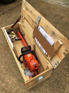Chainsaw box made from pallet wood - Werkbank ideen - Garage Workshop Garage Workshop Organization, Garage Tool Storage, Garage Tools, Pallet Crafts, Diy Pallet Projects, Wood Projects, Wood Crafts, Woodworking Projects Diy, Woodworking Plans