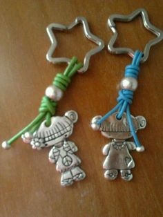 Llaveros Beaded Jewelry, Handmade Jewelry, Kids Bracelets, Beading Tutorials, Little Gifts, Jewelry Crafts, Jewelry Making, Pasta Fimo, Paracord
