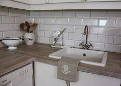Grey oak worktop and white subway tiles Kitchen Tiles, Kitchen Dining, Kitchen Decor, Diner Table, Grey Oak, Gray, White Subway Tiles, Flat Ideas, Work Tops