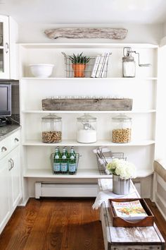 Happy Saturday!   Today I'm sharing a new look for our kitchen nook .   I was getting sick of the same accessories that have been sitting...