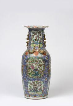 Vase de forme balustre en porcelaine de Canton CHINE - Période Guangxu, vers 1880-1900  A décor famille rose d'oiseaux et de végétaux, le col orné de dragons et de lions.  H: 60.5 cm Adjugé: 500 €