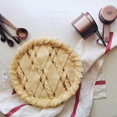 Had fun with pie pastry today. This is a pre-bake apple pie with a partial braid lattice and leaf… (Baked Apple Recipes) Just Desserts, Delicious Desserts, Yummy Food, Pie Dessert, Dessert Recipes, Brunch Recipes, Pie Crust Designs, Pies Art, Sweet Pie