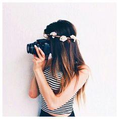 Dependiendo del estilo que elijas, puedes teñir tu pelo de algún color llamativo (y en este caso, te recomiendo dejarlo más o menos por los hombros, ya que el pelo teñido es más seco y te será más fácil mantenerlo bonito así :D ) o si no , puedes...