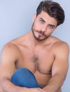 Erkek modellerimizden; 1.88 boyunda 103-89-95 ölçülerine sahip  Mavi gözlü kahverengi saçlıdır. Diğer resimleri görmek için linke tıklayınız. http://bit.ly/1P3gRxQ