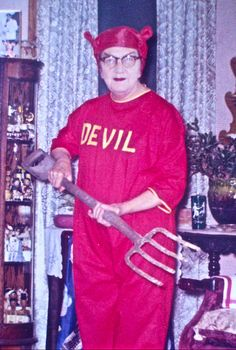 Vintage Halloween photo of a grandma dressed as a devil holding her pitchfork from the garden Stupid Memes, Funny Memes, Hilarious, Reaction Pictures, Funny Pictures, Devil Costume, Costume Zombie, Cursed Images, Mood Pics