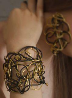 Βραχιόλι με σύρμα και δέρμα. Crown, Bracelets, Jewelry, Fashion, Moda, Corona, Jewlery, Jewerly, Fashion Styles