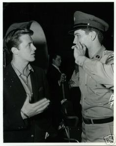 GI Blues = Elvis Presley with actor Edd Byrnes. Elvis Presley Family, Elvis Presley Photos, Rare Elvis Photos, Elvis Today, Mein Hobby, Blues, Star Images, Fake Pictures, Beautiful Voice