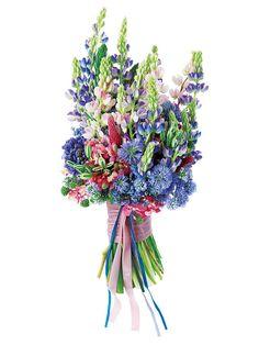 パープル&パステルピンクのスウィートなコンビネーション。(花材:ルピナス、ギリア、ヒアシンス、アリアム、エピデンドラム、オーニソガラム、クリムソンクローバー)ブーケ¥40,000/ロジ プランツ&フラワーズ