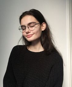 Hair Care Tips That You Shouldn't Pass Up. If you don't like your hair, you are not alone. Cute Glasses, Girls With Glasses, Girl Glasses, Instagram Photos Ideas, Pretty People, Beautiful People, Tumbrl Girls, Mode Ootd, Face Hair