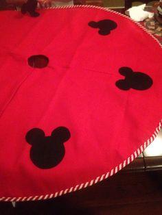 My moms homemade Disney Mickey Mouse tree skirt! Cheap felt tree skirt with… Disney Christmas Tree Skirt, Disney Christmas Crafts, Mickey Mouse Christmas Tree, Disney Christmas Decorations, Disney Ornaments, Diy Christmas Tree, Disney Crafts, Disney Holidays, Xmas Tree