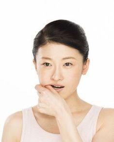 年齢とともに気になる顔のたるみ。「加齢とともに顔の筋肉が下がり、徐々に顔下半分が伸びて顔のバランスが崩れ始めます」と話すのは、歯科医の是枝伸子さん。研究してわかったのは、老け顔の人は共通して「鼻の下からあご先までの距離」と「鼻の下から唇の中心までの距離」が長い傾向にあるということ。