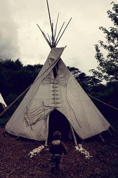 teepee by Champignons, via Flickr Native American Teepee, Native American Beading, American Indians, Outdoor Fun, Outdoor Gear, Native American Photography, Cow Skull Art, Indian Teepee, Super Cool Stuff