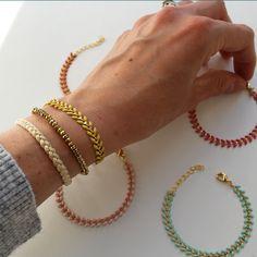 Bracelet RIVIERA en tresse lurex dorée, porté avec le bracelet PEGASE en hématite dorée et le bracelet FREESIA en chaine épi dorée émaillée jaune - Collection bijoux Pemberley - idée mix association mélange créations