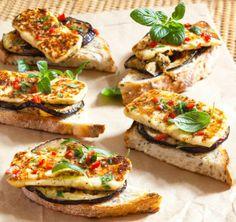 Grilled aubergine toasts with home made cheese/Grillatut munakoisoleivät kotijuuston kera Vegetarian Recepies, Deli Food, Bruschetta, Salmon Burgers, Toast, Homemade, Ethnic Recipes, Basil, Food Ideas