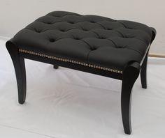 ART S/D 704 Banqueta de madera laqueada en color negro, tapizado en eco-cuero negro con capitone y tachas plateadas. Wainscoting, Living Room Chairs, Vanity Bench, Apartment Living, Cool Furniture, Ottoman, Upholstery, Sweet Home, Art Deco