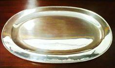 Travessa elíptica em casquinha com decoração perlada. (Dim. 50x20cm).