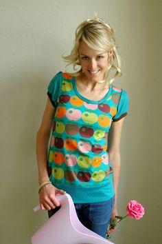 Dieses T-Shirt ist aus einem superschönen türkisblauen Vicosejersey genäht und hat auf der Vorderseite eine tolles buntes Apfelmuster aus unserer n...