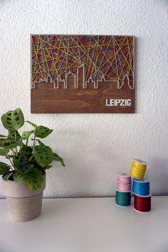 Dieses Schnürstück nimmt euch mit auf eine Tour durch Leipzig und bringt euch die Sehenswürdigkeiten in euer Wohnzimmer. Ihr könnt von eurer Couch aus das City Hochhaus, dasVölkerschlachtdenkmal,...