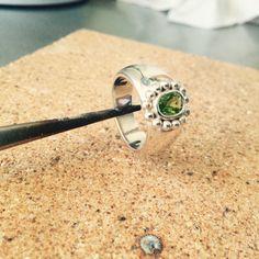 Anillo bombé y peridoto verde. Instagram: Phridajoyas