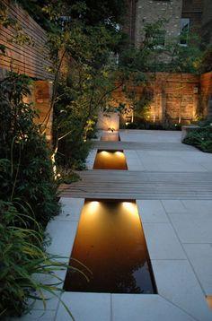 Prachtig! Smalle waterstrook verdeeld door houten paden, dit geeft de illusie van bruggen.