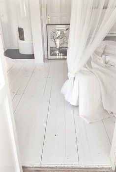 Witte vloeren van Bebo Parket #wit #laminaat #wonen White Painted Floors, White Wooden Floor, White Bedroom, Dream Bedroom, Renovation Parquet, White Apartment, Wooden Flooring, White Laminate Flooring, Bedroom Flooring