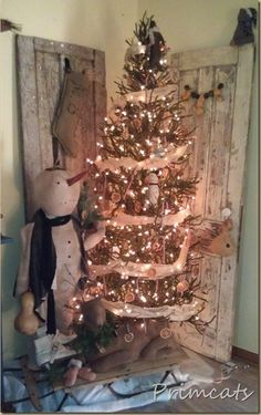 Primcats Primitive Christmas tree . . . Sherlynn this made me think of you and your love of old doors.