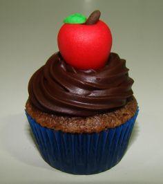 Mini cupcake com maçãzinha em pasta americana, tema Branca de Neve.