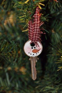 Clé transformée en ornement de sapin. 18 décorations de Noël DIY qui ne coûtent presque pas un rond