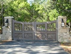 17 Irresistible Wooden Gate Designs To Adorn Your Exterior - Top Trend Pin Wooden Gate Designs, Wooden Gates, Wooden Driveway Gates, Electric Driveway Gates, Wooden Electric Gates, Driveway Entrance, House Entrance, Farm Entrance Gates, Front Gates
